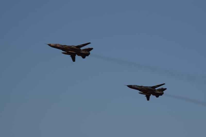 Бомбардувальники літають парами на гранично низьких висотах