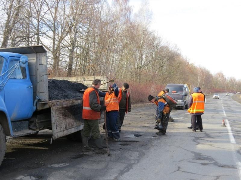 У Службі автомобільних доріг Хмельницької області кажуть, що за минулий рік на ремонт доріг витратили понад 128 мільйонів гривень