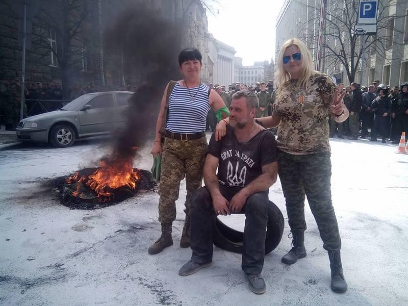 Вікторія Середюк (праворуч), каже, що їй зламали ребро