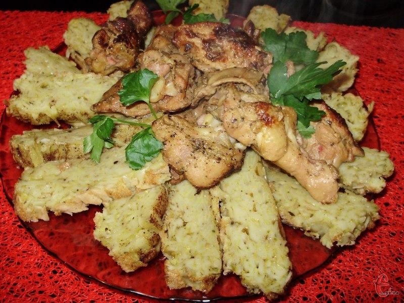 . Замість курки можна також доповнювати страву м'ясними котлетами, підливою зі свинини, грибним соусом тощо.