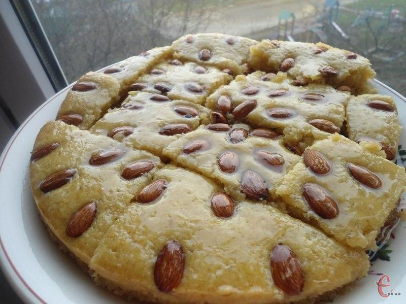 Дуже смачний ніжний розсипчастий пиріг, просочений сиропом, який є традиційним в арабських країнах.