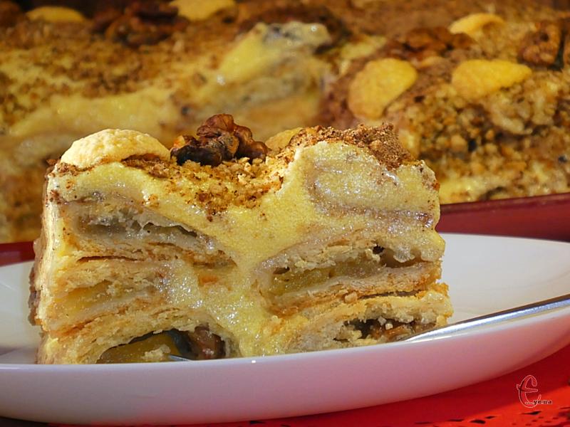 Від «Наполеона» десерт запозичив ніжний та вишуканий заварний крем, а від «Монастирської хати» – пісочне тісто та технологію формування.