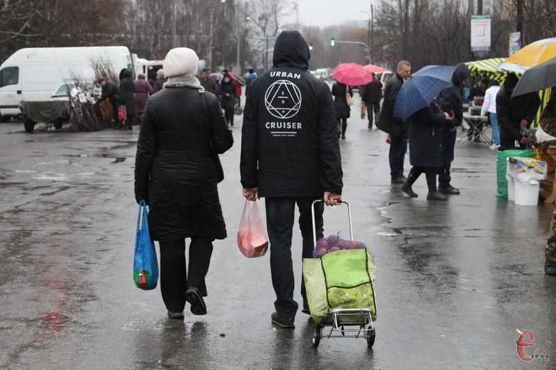 Бувало, що під час ярмарку на Прибузькій, пройти було неможливо. 11 березня 2017 року натовпу покупців мине побачили