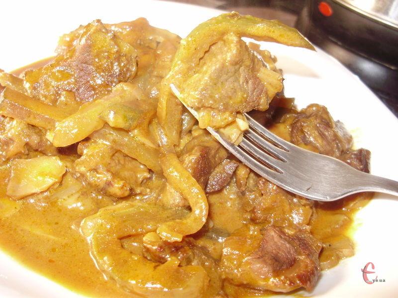 М'ясо виходить м'якеньке, ніжне, а огірочки зі сметаною поєднуються пречудово.
