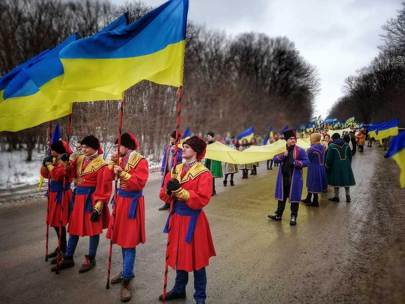 Синє і жовте полотно з'єднали між собою. Це символізувало єднання двох частин України на честь 100-річчя Дня Соборності України