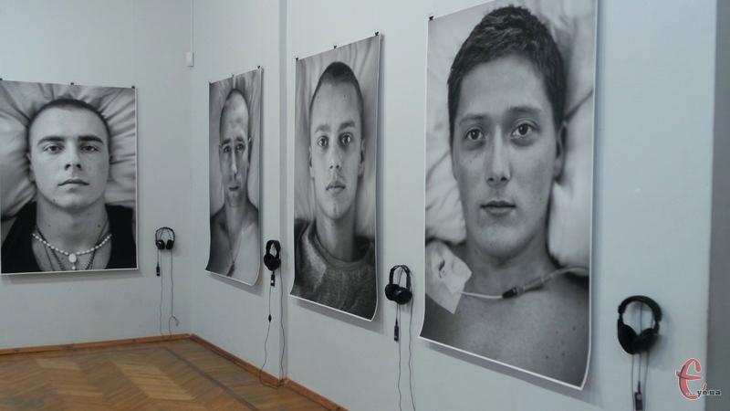 Біля кожного з портретів висить плеєр з навушниками