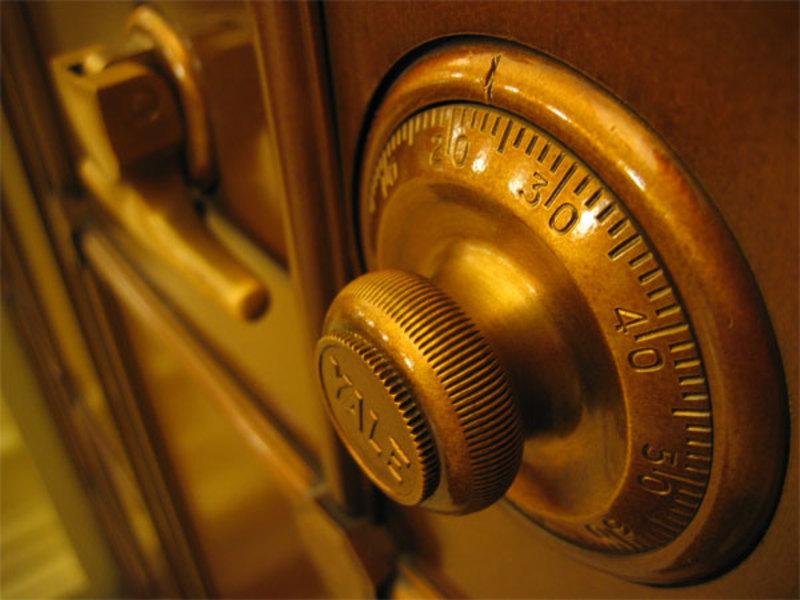 Крадії у будинок проникли шляхомвіджимупластикових дверей