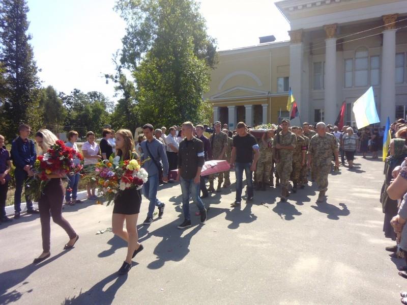 Багато людей провели воїна в останню дорогу