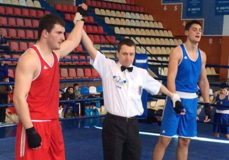 Степан Грекул (у червоному) у фіналі з рахунком 3:0 переміг боксера з Миколаєва