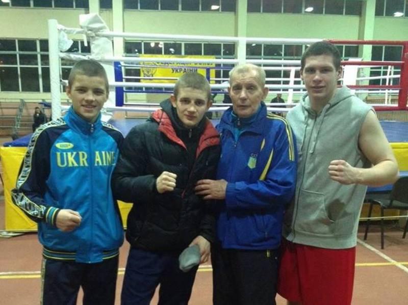 Тренер Анатолій Чумаков з чемпіонами-боксерами