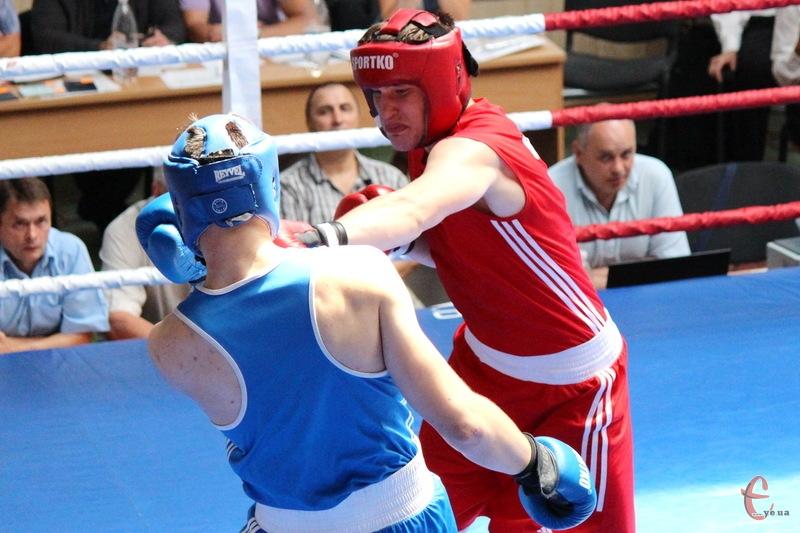 Аркадій Карцан (у червоному) став бронзовим призером чемпіонат Європи з боксу серед молоді