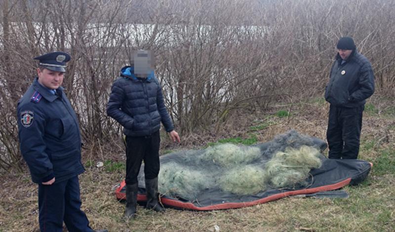 Житель села Гораївка розкинув п'ять рибальських сіток завдовжки півкілометра, в які потрапили близько двохсот рибин.