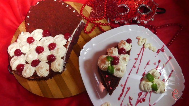 Перед Днем всіх закоханих пропоную спробувати здивувати своїх коханих не класичним його варіантом, а шоколадним-пришоколадним «Червоним оксамитом» на честь кольору кохання — червоного.