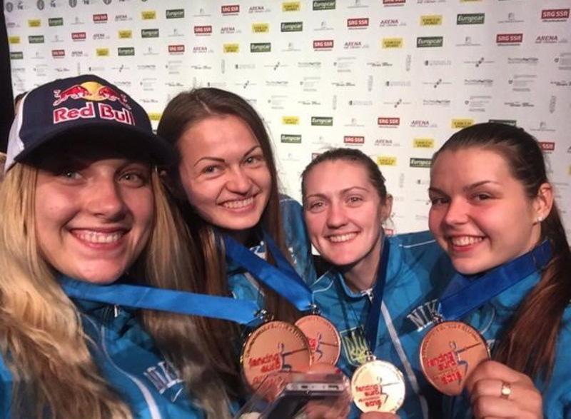 Аліна Комащук (перша праворуч) стала броновою призеркою чемпіонату Європи