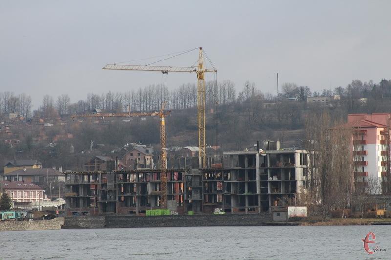 Поки міська рада через суд хоче домогтися знесення будівлі, будівництво триває