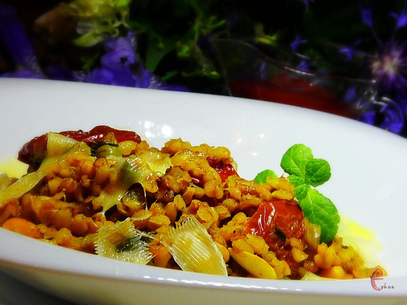 Булгур з овочами дуже поширений у Туреччині. Чимось він навіть трішки нагадує плов без м'яса.