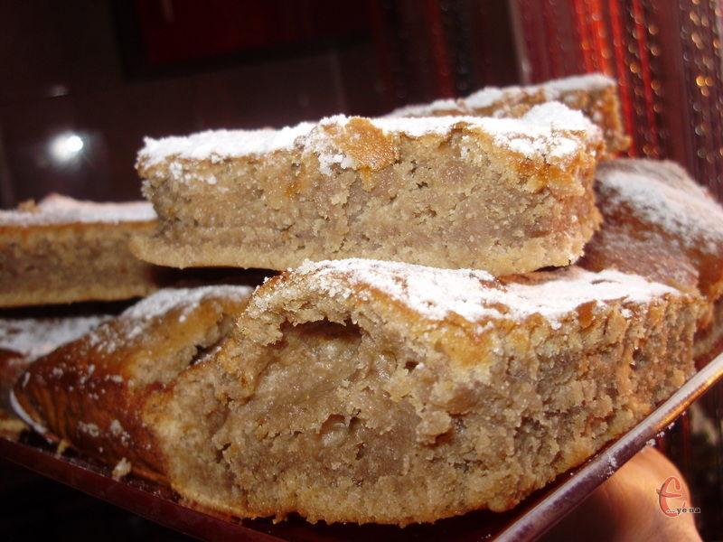 Пиріг добре піднімається, виходить пишним і не сухим, вологим.