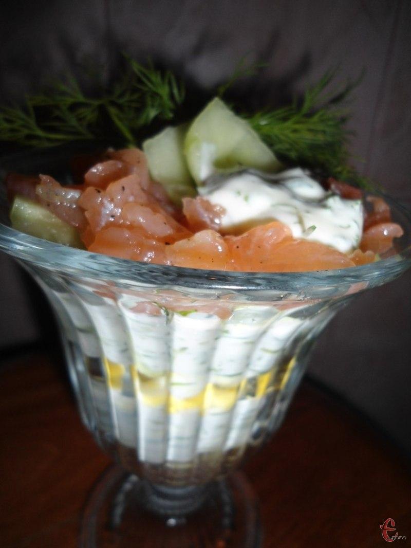 Cалат-коктейль із малосольною сьомгою - яскравий та оригінальний