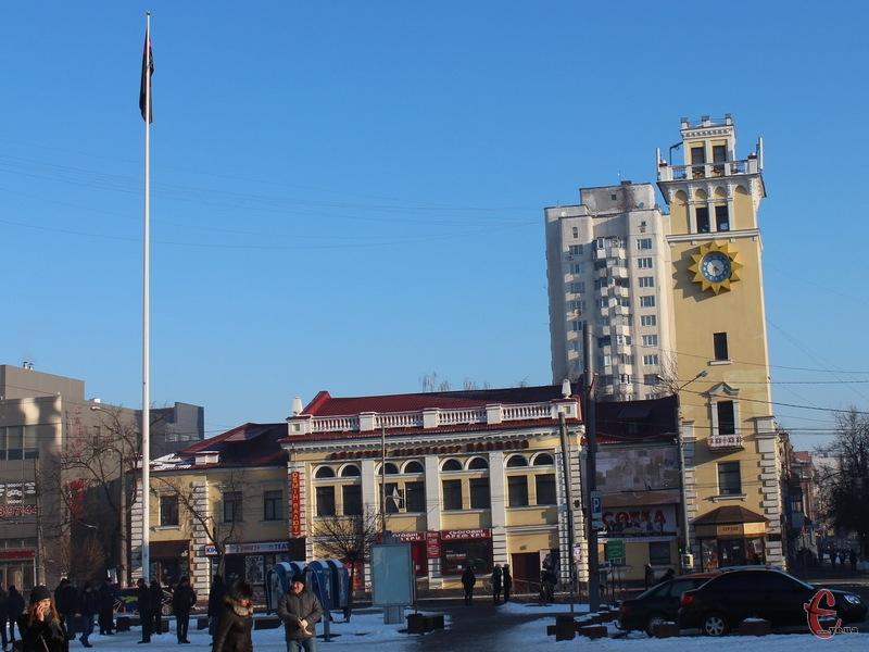 На 15-метровому флагштоці вивішали прапор ОУН