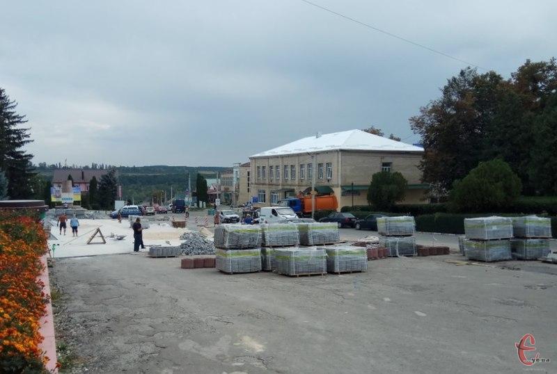 Центральний майдан відремонтують до середини вересня.