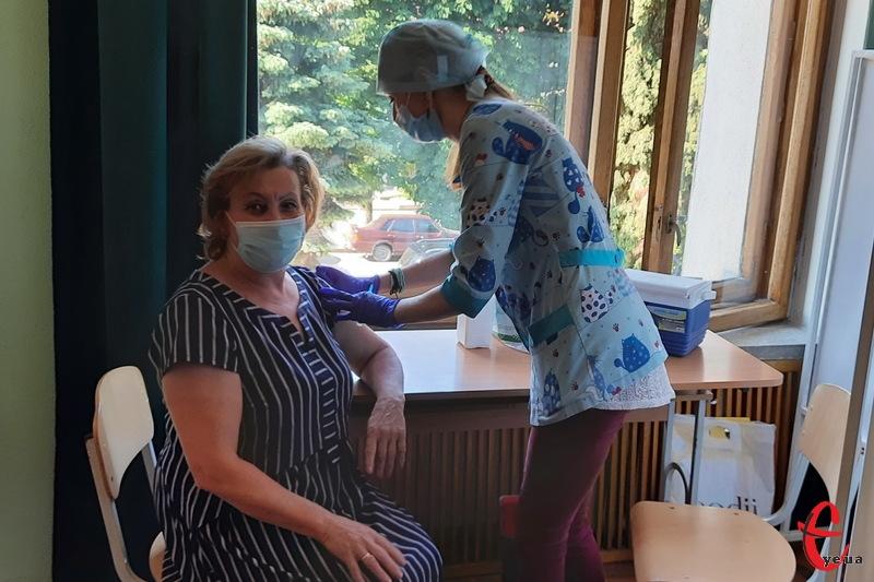 Хмельничан щеплюють вакциною CoronaVac виробництва Sinovac Biotech, яку схвалила Всесвітня організація охорони здоров'я