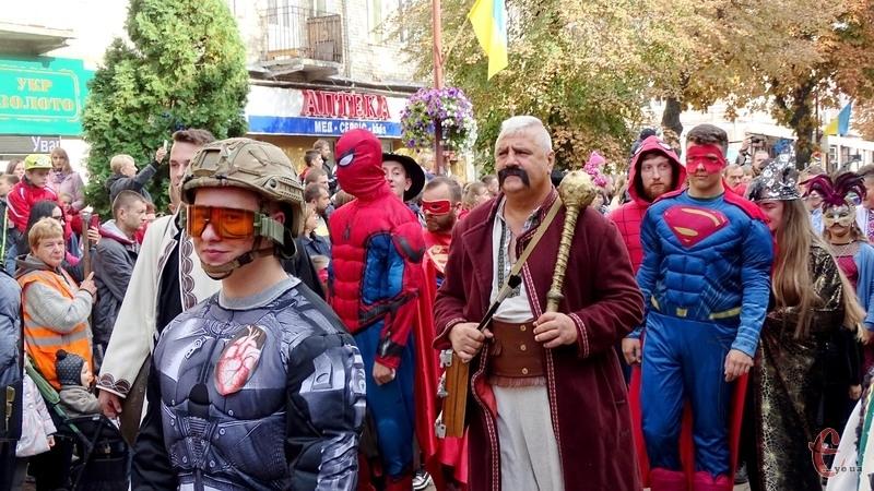 Центр міста заполонили супергерої