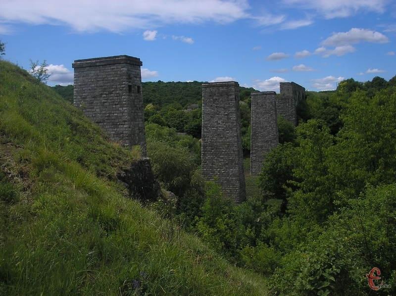 Туристична родзинка села Панівці - недобудований залізничний міст, якому вже близько сотні років