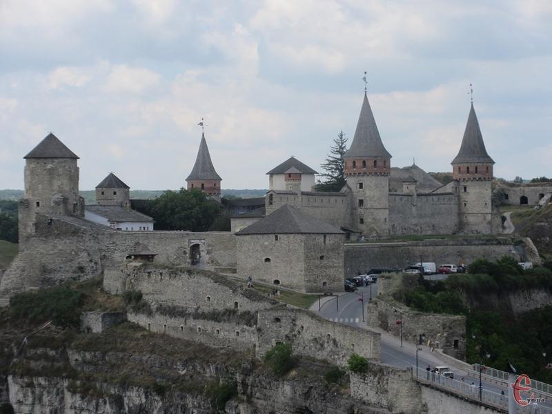 У 1996 році 13 серпня у Кам'янці-Подільському вирішували питання реставрації Замкового мосту