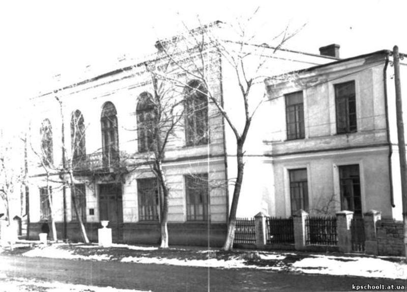 Будівля Першої трудової школи (1921 - 1941). Нині тут розташований один з факультетів Кам'янець-Подільського національного університету імені Івана Огієнка