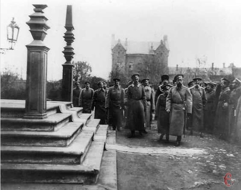 Микола II підходить до храму Олександра Невського у Волочиську, поруч царевич Олексій. 1915 рік