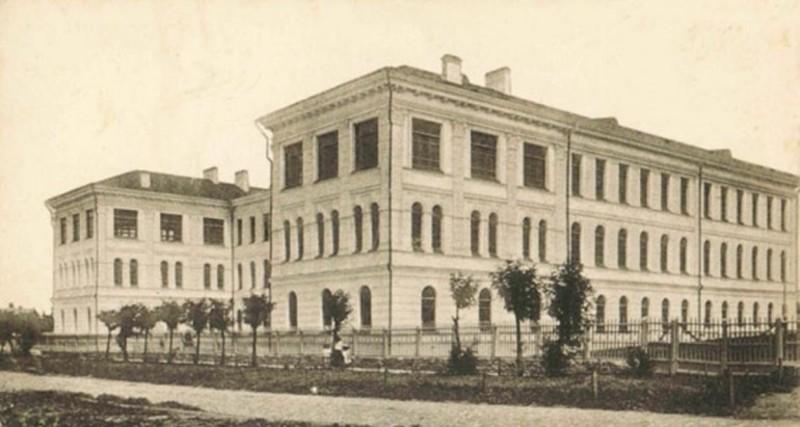 Урочисте відкриття гімназії для дорослих відбулося у приміщенні державного університету 16 жовтня 1918 року
