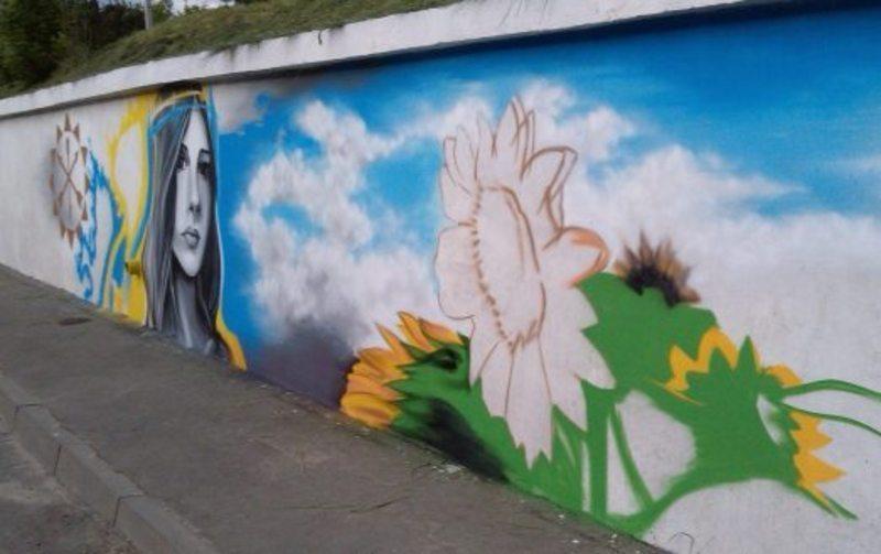 У цей день в 2014 році в Хмельницькому прикрашали вуличну стіну патріотичними графіті