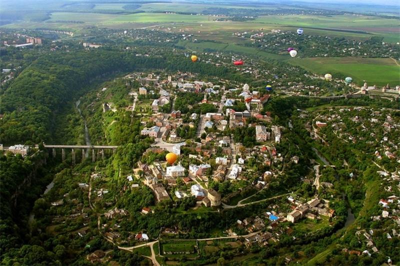 18 травня давньоруську та середньовічну частину Кам'янця-Подільського оголошено Державним історико-архітектурним заповідником, нині НІАЗ «Кам'янець»