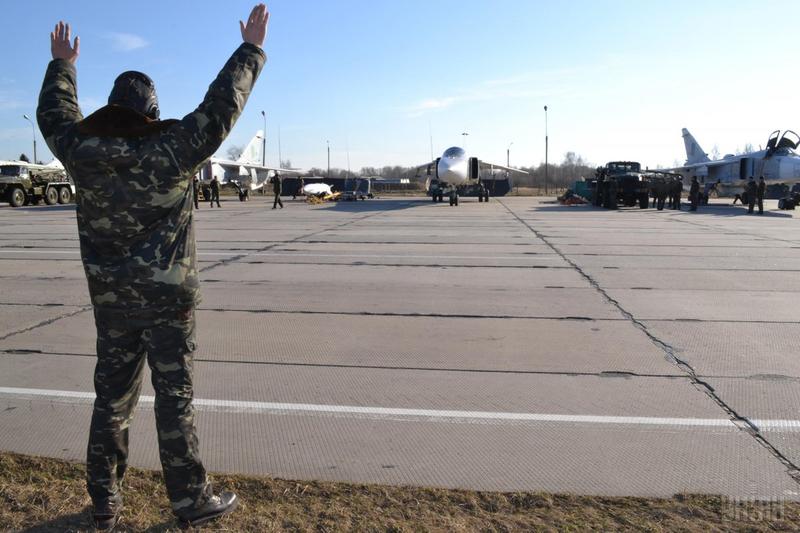 Військові навчання, тренувальні польоти на бойових Су-24М і Су-24МР. Старокостянтинів 14 березня 2014 року
