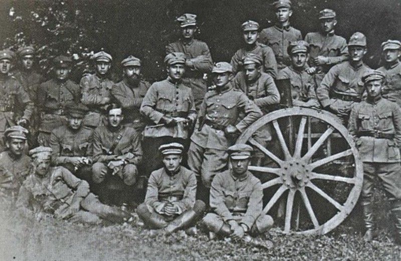 У боях за Кам'янець-Подільський 22 липня 1919 року Група січових стрільців зупинила більшовиків. На знімку Офіцери 3-го артполку. Меджибіж Подільської губернії 1919 рік.