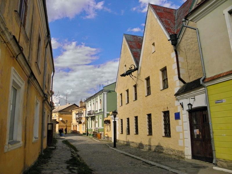 Пам'ятка 17 століття — будинок руського магістрату. Нині тут розміщується дирекція НІАЗ «Кам'янець»