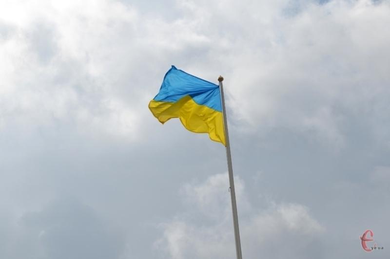 Опівдні 23 серпня 1989 року на хмельницькій 16-ти поверхівцізамайорів синьо-жовтий стяг