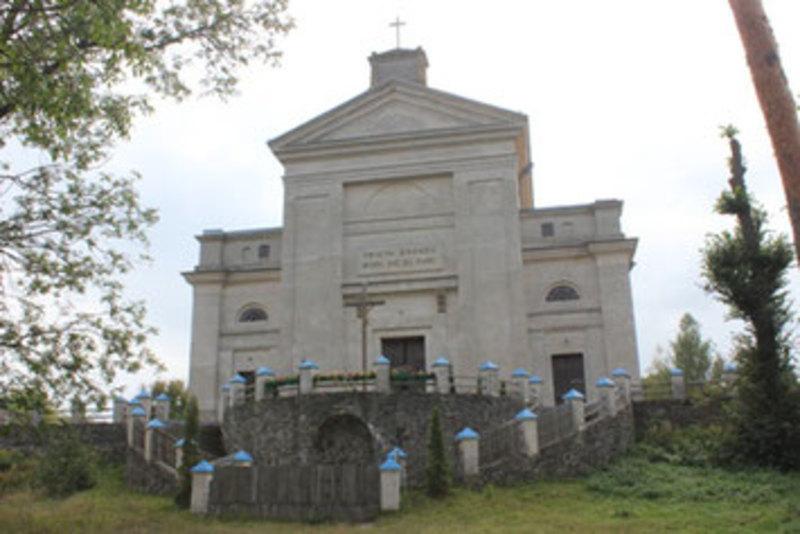 Костел Святої Дороти у Славуті. Побудований протягом 1822 – 1825 років. Будувався не тільки як культова споруда, але і як усипальниця роду князів Сангушко, в підземеллі якого знаходилися останки семи представників