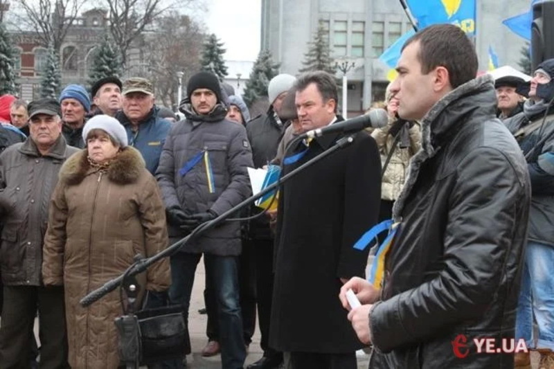 26 листопада 2013 року на позачерговій сесії Хмельницької міської ради просто неба зареєструвалися 41 із 60-и депутатів