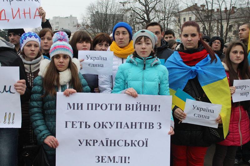 Тисячі хмельничан 3 березня 2014 року вийшли на місцевий майдан Незалежності, щоб осудити російське вторгнення в Крим