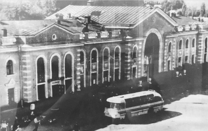 Після того як Проскурів отримав назву Хмельницький довелось перейменувати і залізничний вокзал, збудований за рік до того
