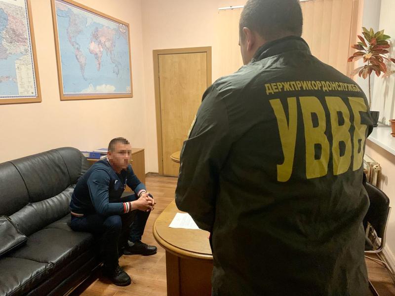 На Львівщині чоловік, якому обмежили виїзд за кордон, спробував потрапити в Польщу за допомогою хабаря
