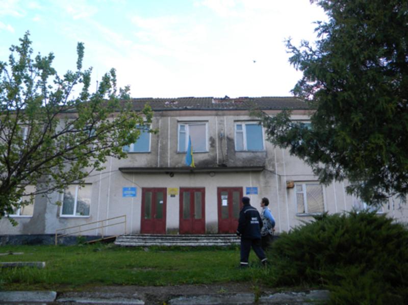 Дах будівлі сільської ради рятувальники накрили брезентом