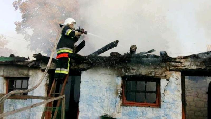 У Кам'янець-Подільському районі рятувальники приборкали пожежу господарчої споруди