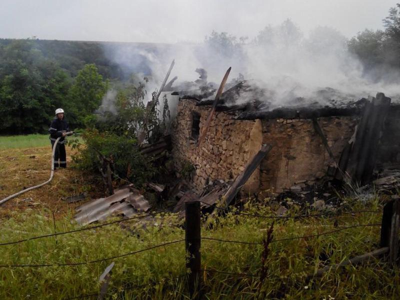 Загорілася допоміжна споруда