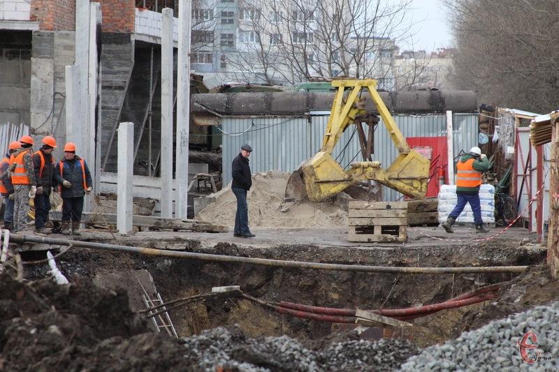 Водоканалівці вимушені проводити ремонтні роботи поруч із будівельним майданчиком