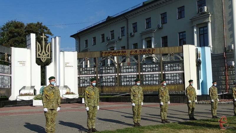 У День Державного Прапора хмельничани вшанували загиблих Героїв Небесної сотні та російсько-української війни