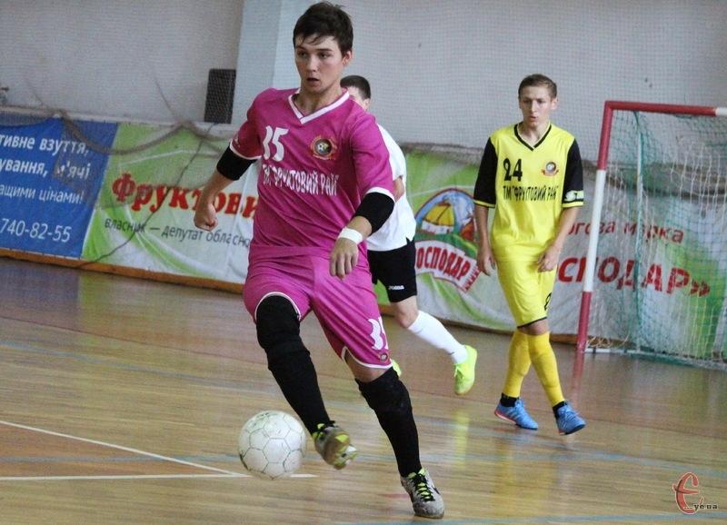 Іллі Бакинському, лише 18 років, але він вже отримав запрошення до молодіжної збірної України з футзалу