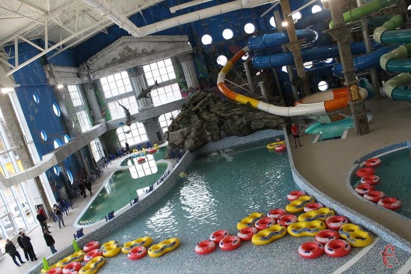 В інших містах ціни в аквапарках, здебільшого, нижчі, але в Хмельницькому аквапарк, як кажуть його власники, один із найбільших у східній Європі