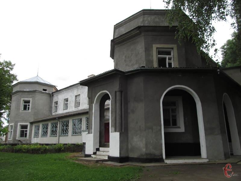 З північного боку палац прикрашають  шестикутні башти